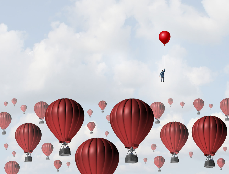 flere luftballonger høyt oppe i skyene