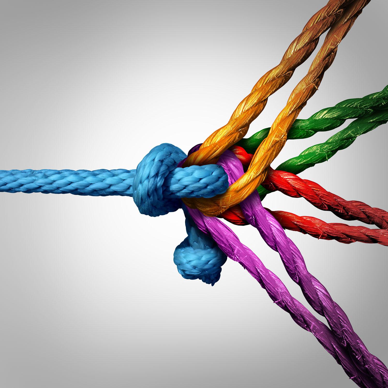 flerfargede tau som kommer fra forskjellige retninger som forbinder i midten